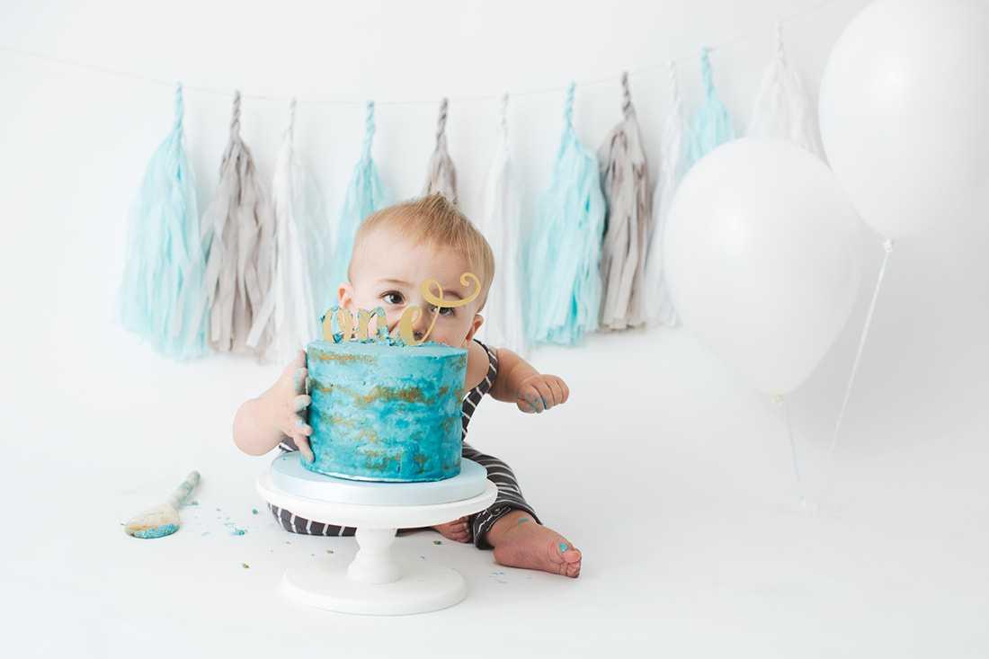 boy eating blue cake smash photoshoot Stockport